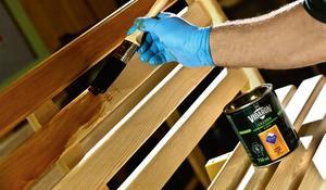 KROK III - Rozcieranie lazury wzdłuż słojów drewna