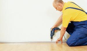 KROK II - Przykręcanie dolnego profilu izolacji ściany
