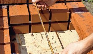 Krok VIII - Płaskowniki między kolejnymi warstwami cegieł